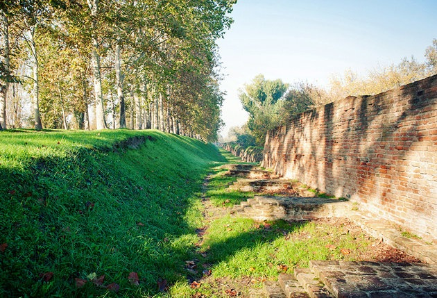 italy-ferrara-city-walls